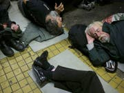 Obdachlose in Budapest. (Bild: Keystone/AP/BELA SZANDELSZKY)