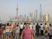 Lehrling Elias Christen aus Beckenried vor der Skyline von Schanghai. (Bild: PD)