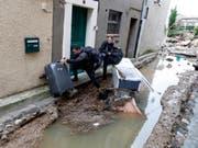 Verzweifelte Einwohner flüchten vor dem Hochwasser in Villegailhenc. (Bild: Keystone/EPA/GUILLAUME HORCAJUELO)