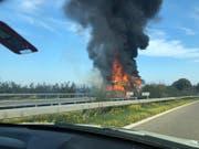 Wegen des Fahrzeugbrandes ist die Autobahn in Richtung St.Gallen gesperrt. (Bild: Leserreporter)