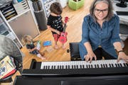 Kinderlieder-Sammlerin Miriam Huwiler musiziert besonders gern mit ihren Kindern Lauralena und Livio. (Bild: Nadia Schärli (Kriens, 8. Oktober 2018))