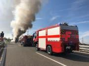 Die Feuerwehr rückte mit mehreren Löschfahrzeugen aus. (Bild: Kantonspolizei St.Gallen)