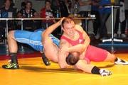 Michael Jauch (rotes Dress) kurz vor seinem Schultersieg nach einem «Hüfter» gegen Sven Neyer. (Bild: Regula Epp, Einsiedeln, 13. Oktober 2018)