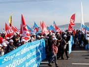 Protestierende Bauarbeiter auf der Mont-Blanc-Brücke in Genf. Auch am Mittwoch wollen sie streiken. (Bild: Keystone/SALVATORE DI NOLFI)