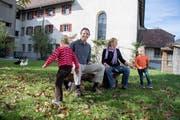 Lukas Fries und Sandra Schmid Fries mit ihren beiden Kindern beim Sonnenhügel. (Bild: Nadia Schärli, Schüpfheim, 16. Oktober 2018)