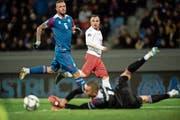 Prägt in der Mitte des Spielfelds das Schweizer Spiel: Xherdan Shaqiri (in Weiss-Rot). (Bild: Ennio Leanza/Keystone (Reykjavik, 15. Oktober 2018))