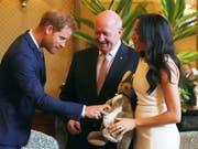 Für das im Frühjahr erwartete Baby sind der britische Prinz Harry und seine Frau Meghan in Australien bereits beschenkt worden. (Bild: KEYSTONE/AP Reuters POOL/PHIL NOBLE)