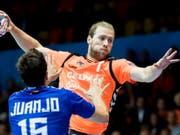 Der Schaffhauser Gabor Csaszar spielt mit seinem Team - wie hier im November 2017 in der Champions League gegen Ademar Leon - im EHF-Cup wieder gegen ein spanisches Team (Bild: KEYSTONE/CHRISTIAN MERZ)