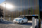 Ein Auto verlässt das neue Parkhaus. (Bild: Luzerner Kantonsspital)