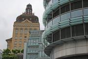 Der historische Suva-Hauptsitz (links) und das neue Suva-Gebäude (rechts) am Löwenplatz in Luzern. (Archivbild: Luzerner Zeitung)