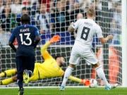 Toni Kroos schiesst mit diesem Penalty Deutschland zur 1:0-Führung gegen Frankreich (Bild: KEYSTONE/AP/FRANCOIS MORI)