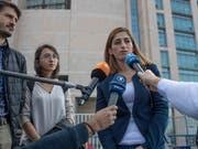 Am Dienstag ist in Istanbul der Prozess gegen die deutsche Journalistin Mesale Tolu (rechts) fortgesetzt worden. Ihr wird Mitgliedschaft in einer terroristischen Organisation vorgeworfen. EPA/SEDAT SUNA (Bild: KEYSTONE/EPA/SEDAT SUNA)