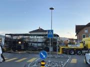 Das Bus-Gerippe wird abgeschleppt. (Bild: Linda Müntener)