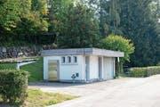 Gegenwärtig befindet sich auf der Parzelle beim Bahnhof das ehemalige WC-Häuschen. (Bild: Maria Schmid (Steinhausen, 16. Oktober 2018))