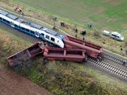 Fehler der beiden Fahrdienstleisterinnen sollen für das Zugunglück vom Dezember 2017 im deutschen Meerbusch verantwortlich sein, bei dem rund 50 Menschen verletzt worden waren. (Bild: KEYSTONE/EPA/SASCHA STEINBACH)