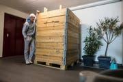 Jordi mit der Kiste des Spediteurs, die laut seinen Aussagen nur 10 statt 12 Bilder enthielt. (Bild: PD)
