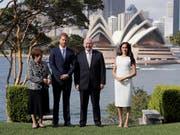 Prinz Harry und seine Frau Meghan sind am Dienstag vom britischen Generalgouverneur in Australien, Peter Cosgrove, offiziell in Sydney empfangen worden. (Bild: KEYSTONE/AP Reuters POOL/PHIL NOBLE)