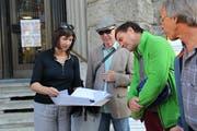 Zur Aufgabe der Petition bei der Post sind einige Interessierte erschienen, darunter Stadtparlamentarier Andreas Hobi (Zweiter von rechts).