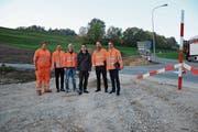 Vertreter der beteiligten Baufirmen, des Agglomerationsprogrammes und der beiden Kantone beim Einlenker Heinrichsbadstrasse. Hinter dem Wegweiser ist bereits die neue Strassenführung erkennbar. (Bild: Karin Erni)
