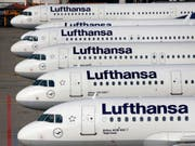 Beim Lufthansa-Konzern, zu dem neben der Lufthansa auch die Fluggesellschaften Swiss und Austrian gehören, sind im laufenden Jahr bereits 18'000 Flüge gestrichen worden. (Bild: KEYSTONE/AP/MICHAEL PROBST)