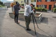 Grosses Medieninteresse am Leichenfund im Brunnen auf dem Aadorfer Kirchplatz. (Bild: Olaf Kühne)