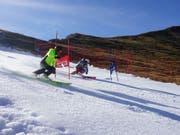 Gleich zwei Weltmeister ziehen auf der Tschentenalp die ersten Schwünge auf Schnee aus der Schneefarm: Der ehemalige Riesenslalom-Dominator Michael von Grünigen und Junioren-Skiweltmeister Lars Rösti. (Bild: Das Trainingszentrum)