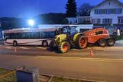 Ein Traktor prallt in Pfaffnau in einen stehenden Bus. Vier Personen werden verletzt. (Bild: Luzerner Polizei)