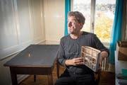 Aus diesem Tisch züngelt eine Flamme: Jan Kaeser zeigt ein Modell seiner Installation. (Bild: Ralph Ribi)