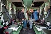 Die Regierungsräte Robert Küng (links) und Paul Winiker in einem Truppenfahrzeug. (Bild: Philipp Schmidli (Sarnen/Glaubenberg, 18. Oktober 2018))