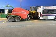 Der Traktor prallte ins Heck des Busses und verursachte einen Sachschaden von rund 100'000 Franken. (Bild: Luzerner Polizei)