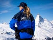 Frauen haben bei der Polizei grundsätzlich die gleichen Laufbahnmöglichkeiten wie Männer, auch bei Spezialeinheiten wie der Bergpolizei im Kanton Wallis. Im Bergkanton sind in diesem Jahr 42 Prozent der Aspiranten weiblich. (Bild: Keystone/OLIVIER MAIRE)