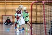 Auch bei den Jüngsten ist diese Sportart sehr beliebt: Die Unihockeyaner von Ad Astra Sarnen im Training vom Donnerstag. Bild: Pius Amrein (Sarnen, 18. Oktober 2018)