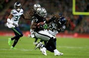 Spektakel in London: Dwayne Harris (Oakland, links) gegen Shaquill Griffin (Seattle). (Bild: James Chance/Getty (14. Oktober 2018))