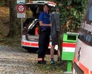 Der Verdächtige wird beim Ingenbohler Wald in Handschellen gelegt. (Bild: Geri Holdener)