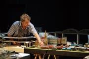 Massstab 1:87: Joe Fenner bei den Proben zu «Ein Leben in H0» in der Theaterwerkstatt Frauenfeld. (Bild: Dieter Langhart)