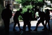 Egal ob in Klubs, vor Sportstadien oder auf der Strasse: Geprügelt wird überall. (Bild: Martin Rütschi/Keystone)