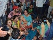 Angehörige von Opfern des Zugtragödie bei Amritsar im indischen Bundesstaat Punjab sind fassungslos. (Bild: KEYSTONE/AP/PRABHJOT GILL)