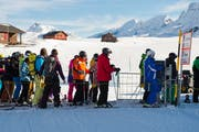 Mit dem Online-Verkauf von Skitickets wollen die Bergbahnen lange Warteschlangen, wie hier auf der Frutt, vermeiden. (Symbolbild: Dominik Wunderli)