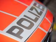 Im thurgauischen Amlikon verhandelt die Polizei derzeit mit einer Frau, die geschossen und sich in einem Haus verschanzt hat. (Bild: KEYSTONE/URS FLUEELER)