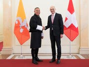 Der bisherige Premierminister Bhutans, Tshering Tobgay (links), traf im März dieses Jahres noch Alain Berset in Bern - doch nun ist er in seinem Heimatland abgewählt worden. (Bild: KEYSTONE/PETER KLAUNZER)