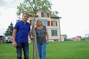 50 Jahre nach der Flucht aus der Tschechoslowakei stehen Jaro Podhradsky und Kata Sagath wieder vor dem Schulhaus Egg, wo sie zuerst Deutsch lernen mussten. (Bild: Michael Hug)