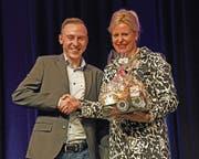 Brigitte Breisacher, Stiftungsratspräsidentin der Breisacher-Stiftung, gratuliert Simon Imboden. (Bild: Robert Hess (Alpnach, 19.Oktober 2018))