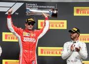 Sieger Kimi Räikkönen (Finnland) posiert neben dem Drittplatzierten Lewis Hamilton (GB). (Bild: AP Photo/Darron Cummings)