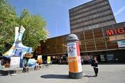Der alte Vadianplatz und der noch nicht sanierte Neumarkt 3-5 mit seiner braunen Fassade. (Bild: Ralph Ribi - 9. Mai 2011)