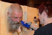 Coiffeuse Heidi Matter trennt einen Teilnehmer von seinem Bart. (Bild: Beat Christen, Engelberg, 20. Oktober 2018)