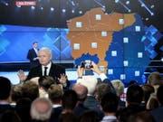 PiS-Parteichef Jaroslaw Kaczynski spricht am Sonntagabend in Warschau zu Wählern. (Bild: Keystone/EPA PAP/JAKUB KAMINSKI)