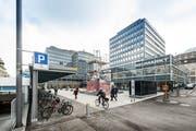 Der Vadianplatz mit dem sanierten Neumarkt 3-5. (Bild: Hanspeter Schiess - 5. April 2017)
