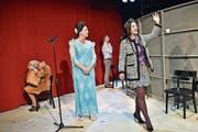 Cornelia Blask (Marot Honecker), Claudia Bick-Weisshaar (Imelda Marcos) und Herrad Lingner (Imelda Marcos) spielen die drei Diktatorengattinnen, Roy Schmid den Dolmetscher. (Bild: Mario Testa)