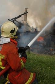 Menschen, die das Feuer löschen, sind auch in der Region gesucht. (Bild: Hannes Thalmann)