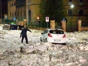 Wie Schnee im Oktober: Ein Hagel- und Regensturm hat den Verkehr in Rom ins Chaos gestürzt. (Bild: KEYSTONE/AP ANSA/MASSIMO PERCOSSI)